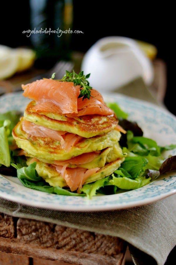Pancake di zucchine con salmone affumicato e salsa piccante allo yogurt e aneto