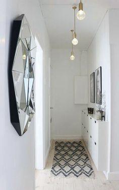 hall d entree maison espace long et etroit avec miroir rond a la surface irreguliere et 3 luminaires ampoules