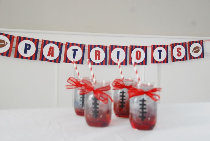 Patriots inspired cocktail recipe AND free Super Bowl printables via Laura Elizabeth Lifestyle.  #patriots #superbowl #pats #free #printables #inspiration #banner #scorecard #diy #cocktail #recipes #newengland #party #tailgating #celebrating #football #masonjars #footballglasses