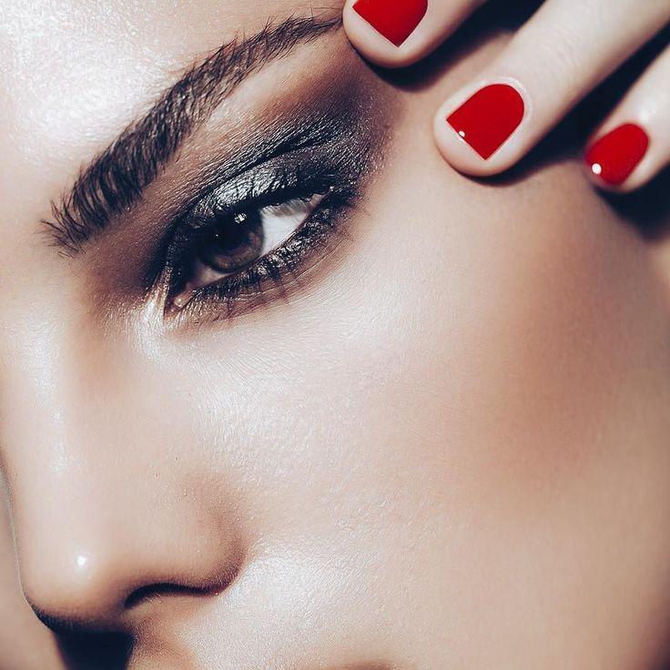 Una base de maquillaje de cobertura total puede ser tu principal aliado para corregir imperfecciones en tu rostro y lograr un makeup perfecto. - Aún si tienes marcas de acné pronunciadas cicatrices o granos con una cobertura total de base puedes conseguir un acabo impecable y salir de tu casa tranquila sintiéndote segura y bella. - Busca un producto de larga duración con pigmentación de 24 horas para que en caso que los planes cambien y necesites llevar un maquillaje de día a noche en pocos…