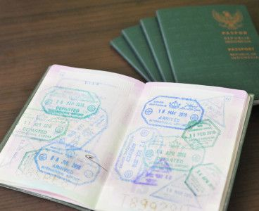 Paspor   Dokumen yang diperlukan untuk melakukan perjalanan keluar negeri sebagai identitas diri dari wisatawan. Syarat pembuatan Paspor baru, sbb: KTP pemohon yang masih berlaku; Akta kelahiran; Akta nikah; Buku Nikah; Ijazah terakhir; Dokumen penyerta lainnya