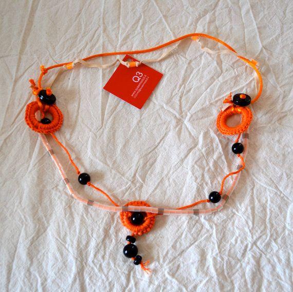 Collana filo arancio perle nere vetro alcantara di Quasimodo3, €18.00