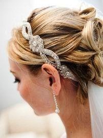 Нарядная свадебная повязка с цветочным рисунком. Этот вид повязки отлично подчеркнет вашу женственность и создаст более романтичный свадебный облик.