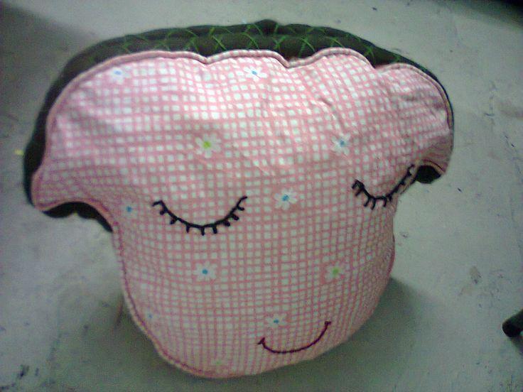 decoración creativa sobre cojín reutilizado de sofá