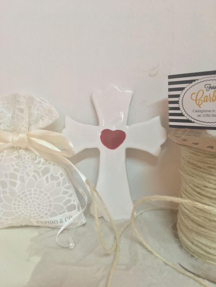 Bomboniera croce in ceramica colore bianca e cuore rosso.Fatto a mano in italia.