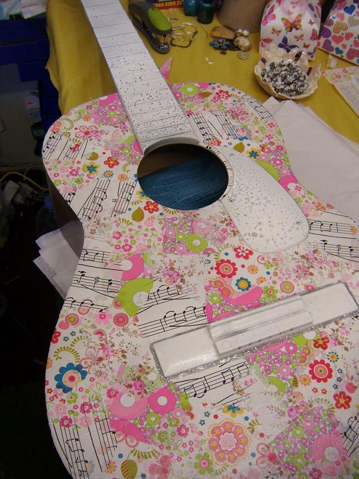Que votre guitare soit à votre image. Rénovez vos objets avec feuilles décopatch: https://www.avecpassion.fr/107-decopatch-feuilles-papier