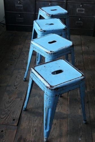 TOLIX ancien tabouret dans sont jus bleu