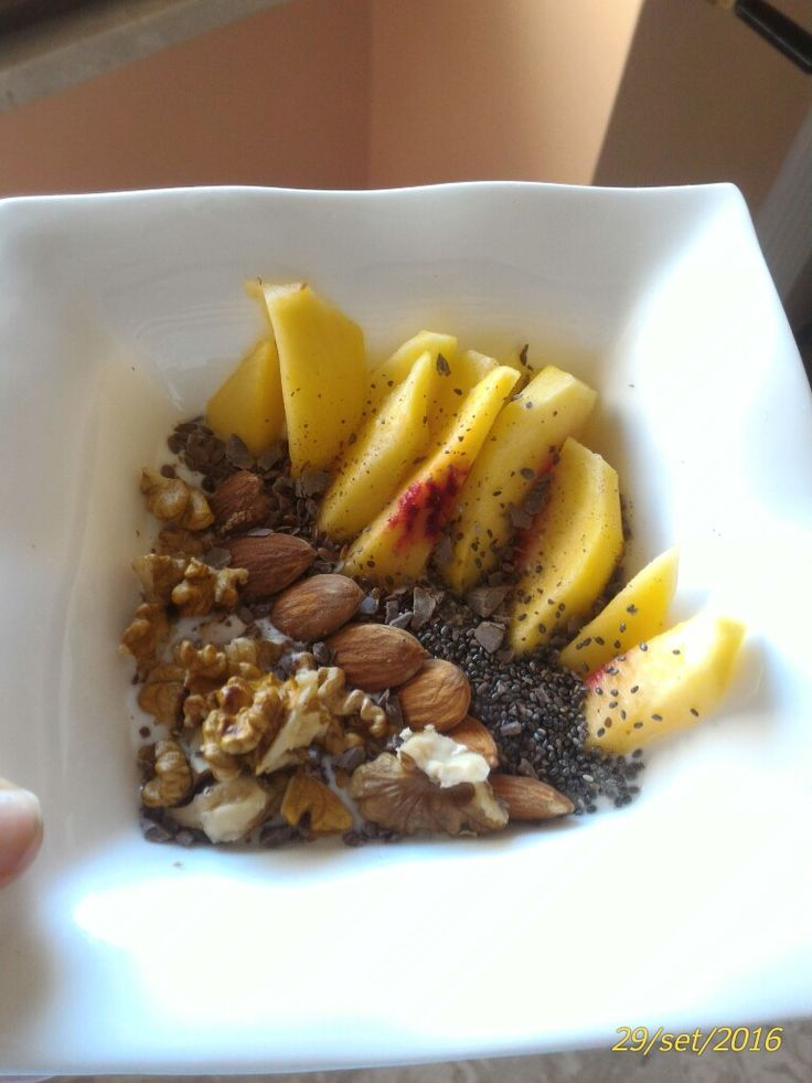 yogurt 0,1% fat with peach slices , chia and flax seeds , walnuts and almonds , dark chocolate flakes.  This is an energetic and healthy breakfast to start the day. 👌