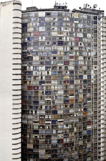 Jose Manuel Ballester  Copan 1 2007.  Fotografia papel Fuji Cristal Archiv.   148,8 x 97.5 cm. Ballester también ayudó a crear la estética de la Ciudad Vertical, sin proponérselo.