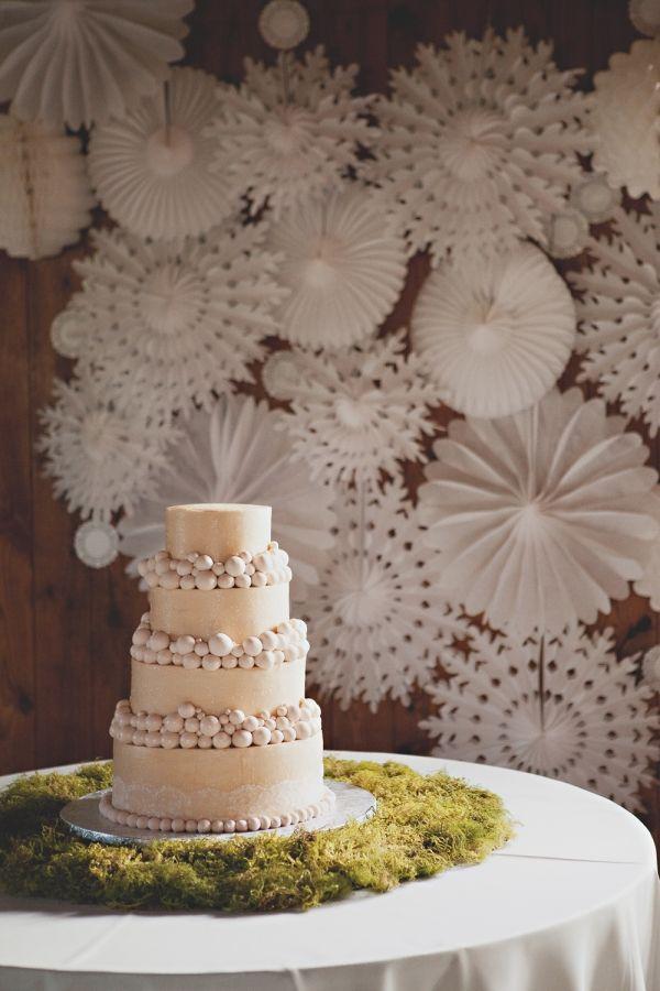 stunning paper wheel backdrop!: Paper Decor, Cakes Tables, Winter Wedding, Paper Backdrops, White Paper, Wedding Backdrops, Wedding Cakes, Backdrops Ideas, Paper Rosette