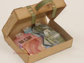 Hier kommt meine Anleitung ein kleiner Koffer für Geldgeschenke. Wie du ein Hemd aus einem Geldschein faltest, zeige ich dir auch in meinem Video