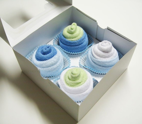 baby shower gift ideas, 8 wash clothes wrapped to look like cupcakes in a pastry box