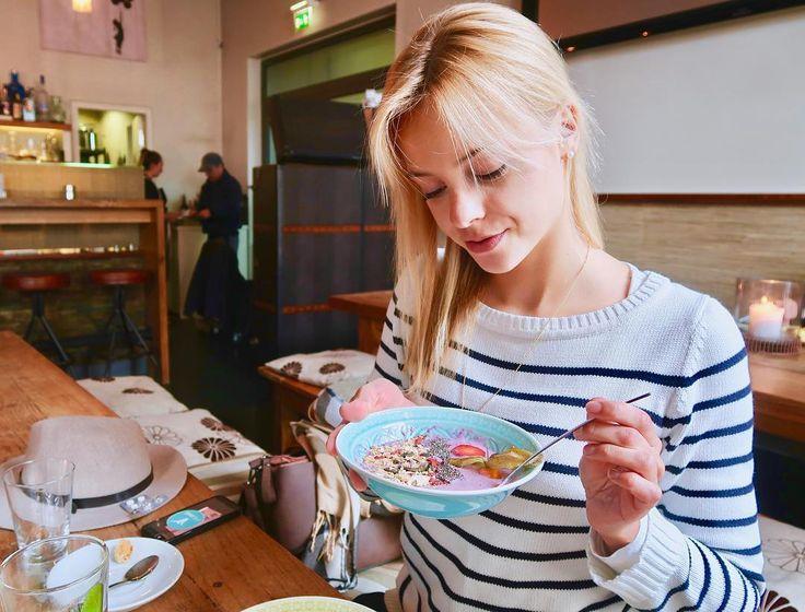 Ich kann Euch nicht sagen wie wichtig der richtige mentale Zustand beim Essen ist. Versuche Gefühle wie Selbstsicherheit Selbstvertrauen Achtsamkeit Genuss Wohlfühlen und Leichtigkeit zu Deinem Begleiter zu machen während Du Dein Essen zu Dir nimmst und Du wirst feststellen dass es Dir viel leichter fällt die Signale Deines Körpers zu hören und zu befolgen. #wohlfühlmensch #foodlove #intuitivessen #achtsamkeit #genuss #wohlfühlen #smoothiebowl #genießen #vegan #vegangirl #strawberry…