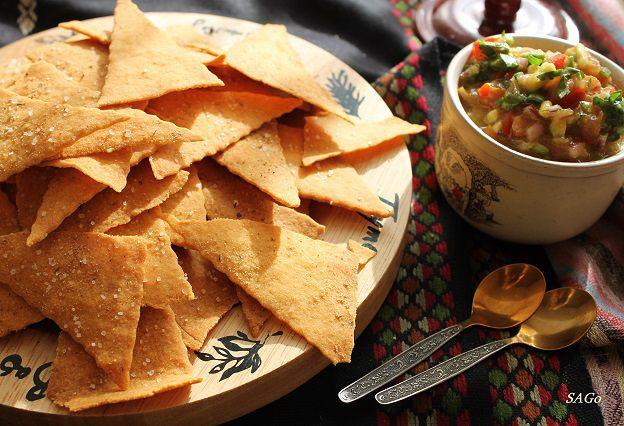 Кукурузные чипсы и сальса с авокадо.