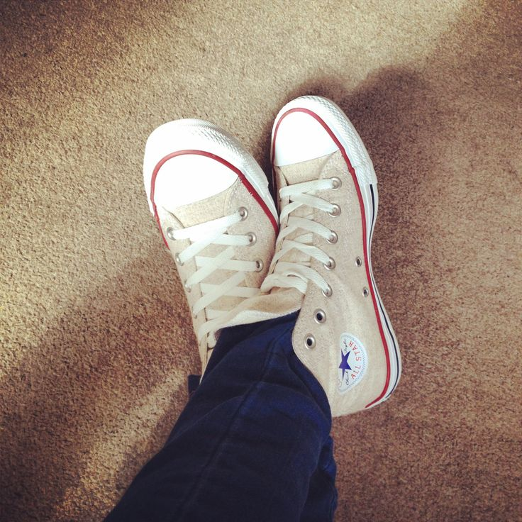 Cream converse- hightops with super skinny jeans tucked in