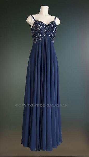 Unieke blauwe avondjurk met een sweetheart halslijn, en een fijn gedetailleerd steentjes patroon op het lijfje. De verticale lijnen zorgen optisch voor meer lengte bij het dragen van deze jurk! 297,50