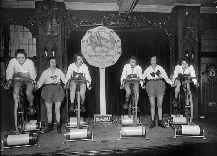 Ladies' cycling race of the troop Paru on the Hometrainer, 1924 © bpk / Kunstbibliothek, SMB, Photothek