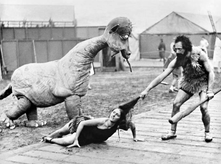 Театрализованное представление в честь столетия железной дороги. Ливерпуль. Графство Мерсисайд. Великобритания. 1930 год. Было показано развитие видов транспорта на протяжении всей истории человечества. На фотографии - пещерный человек тащит жену за волосы домой.