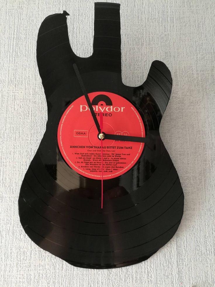 Ich freue mich, den jüngsten Neuzugang in meinem #etsy-Shop vorzustellen: Upcycling Schallplatten-Wanduhr aus Vinyl - Motiv Gitarre http://etsy.me/2GH8DJo #haushaltswaren #uhr #eingang #lp #vinyl #schallplatte #upcycling #upcyclingbude