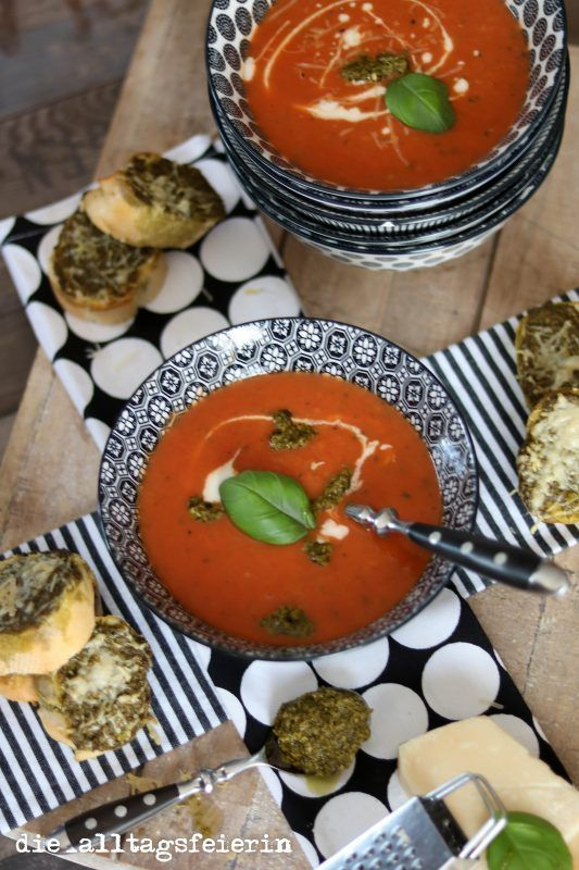 {Rezept} *Tomaten-Zucchini-Süppchen mit Pesto-Baguettes*