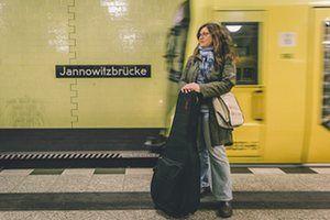 Nel suo progetto Berlino Linee fotografo Sebastian Spasic fotografato 20 persone in stazioni della metropolitana della capitale tedesca che ha avuto un significato particolare per loro.