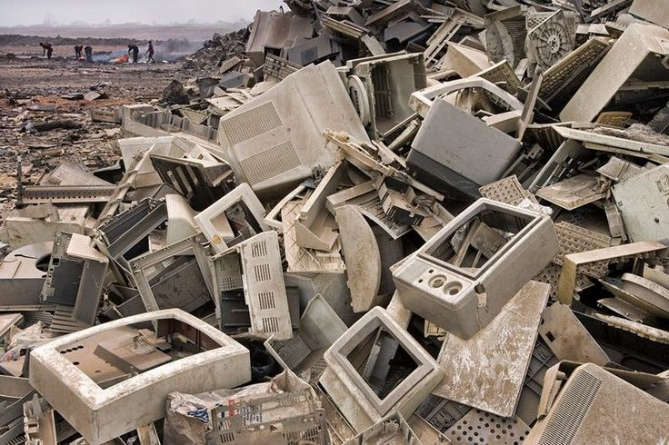 Tysiące ton odpadów po elektronice, zanieczyszczające środowisko.