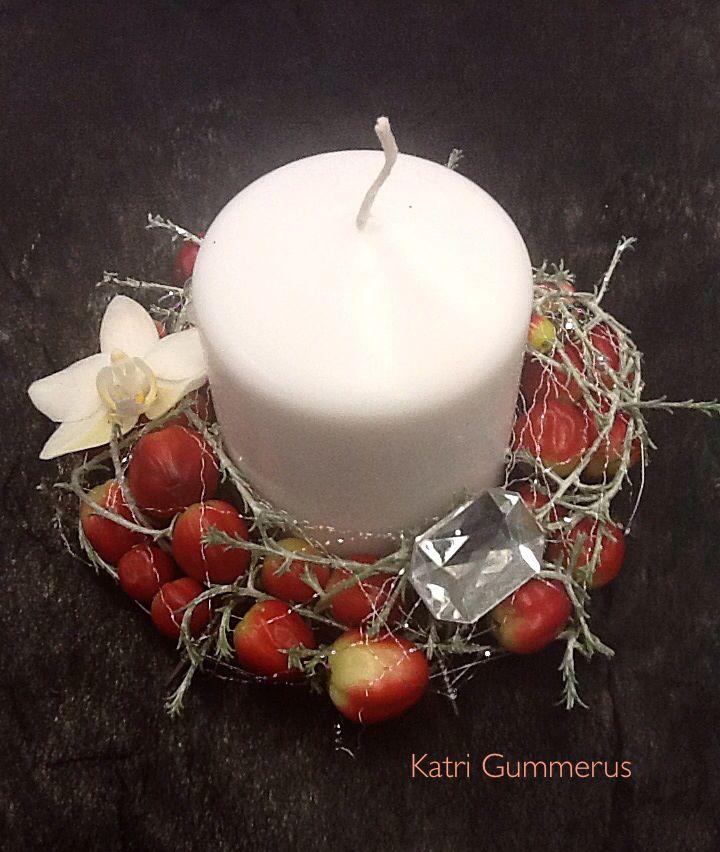 Kynttilän koristelu.
