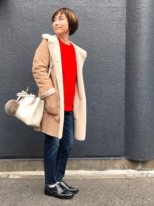 カジュアルな装いには、上質なレザーで品のあるスタイルに。 Carol.Jのレザートートは肩掛けにもでき、ファーチャームで今年らしさもプラス。