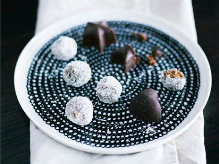 Bliss balls with goji and cashew