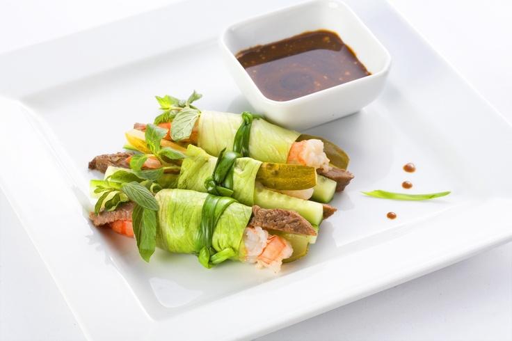 ГОЙ ТИЕУ / GOI TIEU - фреш-роллы с креветками, говядиной, свежим и маринованным огурцами, мятой и зеленью, завернутые в листья салата Айсберг. Подаются с соево-горчичным соусом. Эта легкая закуска прекрасно подойдет тем, кто следит за своей фигурой, однако, не оставит вас голодным.