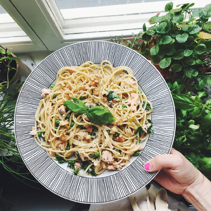 Spaghetti med blåmögelost och lax. Värmde upp blåmögelost i en kastrull tillsammans med en skvätt mjölk och riven muskot. Kokade pasta (la i ärtor sista minuter i pastavattnet). Blandade sedan ner pasta + ärtor i kastrullen med ostsåsen plus massa färsk persilja. Samt lax då, det var färdiga laxtartarer från Picard som jag bröt i bitar. La upp på tallrik och strösslade valnötter över.