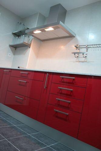 #diseno de #cocinas Diseño de cocinas en Cobena cocina moderna modelo Rey rojo y gris encimera silestone de 2cm blanco