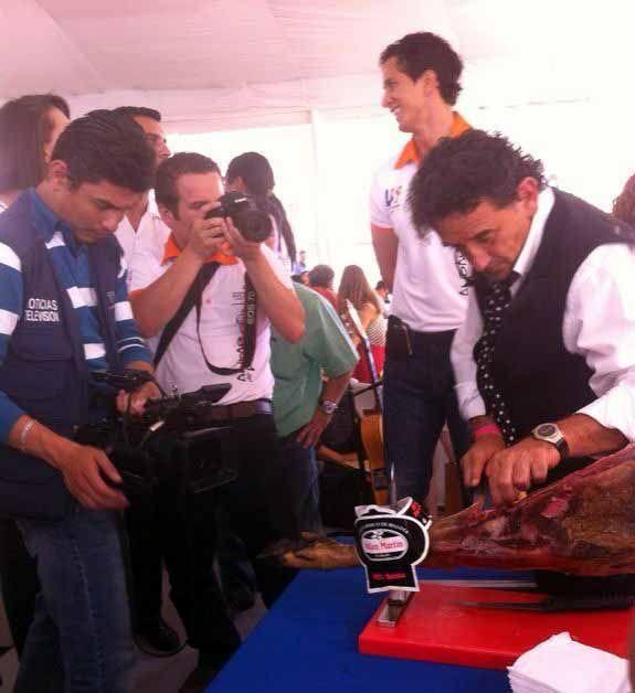 Junto a Florencio Sanchidrián en la Segunda Semana Internacional de la Gastronomía. Cortando nuestro #CienPorCienIberico www.tiendajulianmartin.es