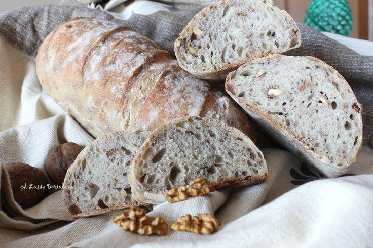 Pane alle noci con lievito madre: un pane morbidissimo con un sapore davvero unico;gustatelo anche da solo per apprezzarne il gusto!