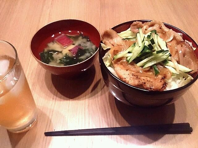 見切り品の豚ロースをやっつけました(o^・^o) 夏を乗り切るスタミナどんぶりの完成です☆ - 26件のもぐもぐ - 豚のしょうが焼き丼にさつまいものお味噌汁 by SibuSibu