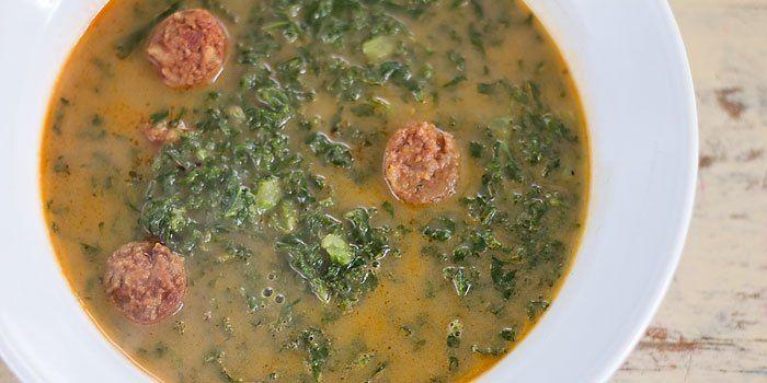 Dit soepje is een typisch Portugees gerecht, bekend als de Caldo Verde (Groene soep). Het is een boerenkoolsoep, gebonden door aardappel met stukjes verse chorizo. Ik verving de witte aardappel doo…