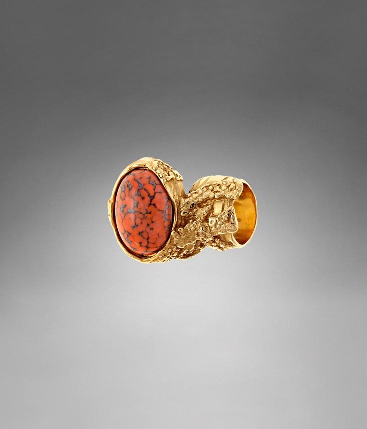 Bague YSL Arty ovale dorée ornée d'une pierre rouge pâle - Bagues et Boucles d'Oreilles – Bijoux – Femme – Yves Saint Laurent – www.ysl.fr