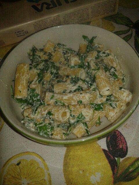 Pasta rucola con crema di tofu soia vegetale e pinoli il tutto saltato in padella ah dimenticavo... uno spicchio d'aglio e un cucchiaino d' olio...