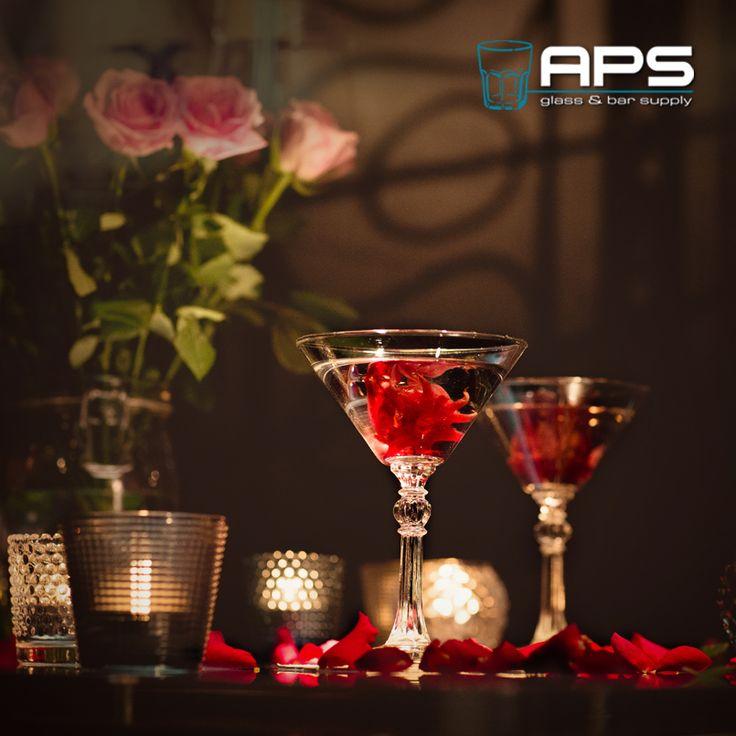 Al klaar voor Valentijnsdag? Een romantisch sfeertje creëer je met kleine theelichthouders, maar ook bijvoorbeeld met deze wilde hibiscusbloemen in een drankje. Deze hibiscusbloemen zijn eetbaar & worden geleverd op siroop. Lekker in een cocktail, op een dessert of in een champagne. APS heeft theelichthouders in alle vormen & kleuren (tealight holder): http://goo.gl/qEwmfR. Wilde hibiscusbloemen (WI-9338520000202): http://goo.gl/rOJuB3.