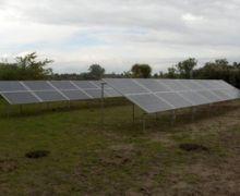MVS© schroefpalen als verankering van zonnepanelen in het vrije veld. | MVS© screwpiles as foundation for solar panels in the open field.