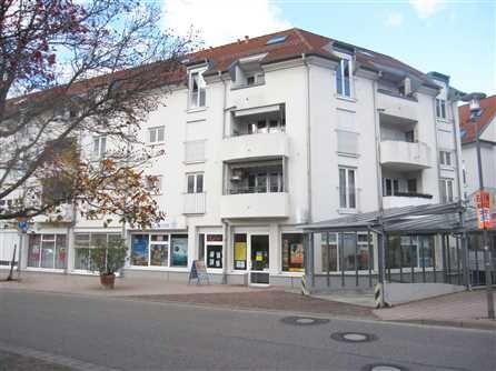 """Zur Anlage, vermietete 2-Zimmer Wohnung in Denzlingen: Die gemütliche und sehr gepflegte 2-Zimmer-ETW befindet sich Dachgeschoss der Wohn- und Geschäftsanlage """"Kohlerhof"""" im Ortszentrum von Denzlingen.  Die Wohn- und Geschäftsgebäude des Kohlerhofs sind als einheitliches, städtebauliches Ensemble Mitte der 90er Jahre errichtet worden.  Heute ist der """"Kohlerhof"""" das Zentrum von Denzlingen. Rathaus, Bahnhof, Einkaufsmöglichkeiten sind fußläufig in nur wenigen Gehminuten schnell erreichbar."""