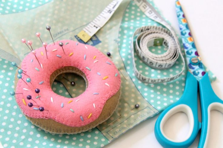 This tutorial will show you how to create this cute doughnut pin cushion from felt.