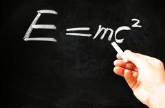 е=mc2 Альберт Эйнштейн физические формулы на доске - стоковое фото