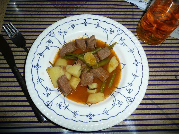 Das perfekte Eintopf : Rindergulasch - Buschbohnen + Kartoffeln.-Rezept mit einfacher Schritt-für-Schritt-Anleitung: Bohnen putzen, brechen, Bohnenkraut…