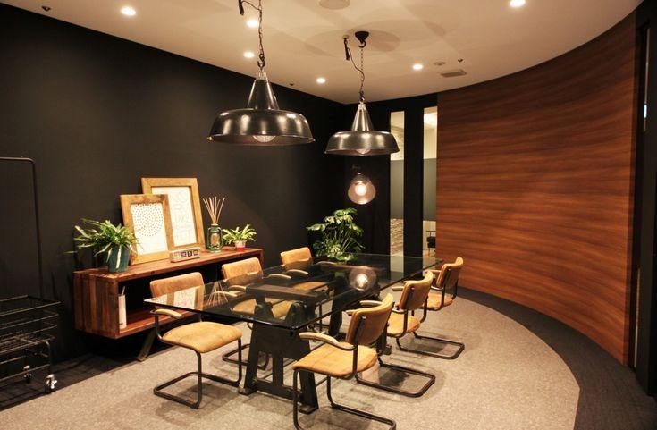 オフィスデザイン実績~ダイナミックなアールで演出する、重厚感と高級感のあるオフィス