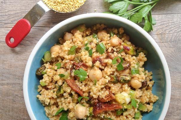 Insalata di miglio con ceci, pistacchi, albicocche essiccate e dressing con olio evo, limone, coriandolo e cannella.