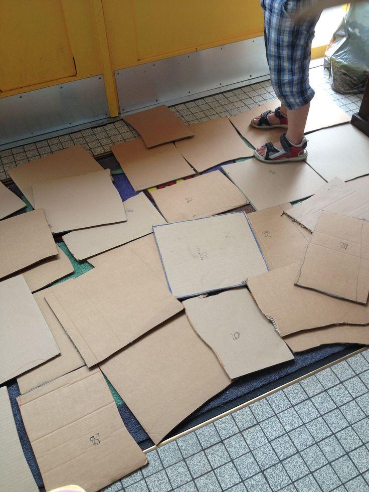 Tegels leggen, of als spel  alleen op de tegels staan en zo met hele groep naar de overkant van lokaal