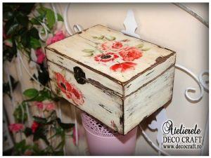 Caseta cu flori rosii, realizata la Atelierul Deco Craft - Shabby Chic si Tehnica servetelului #shabby_chic #ateliere_creatie #servetele_maci  #tehnica_servetelului #servetele_decoupage