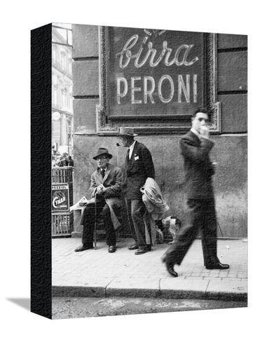 Uomini in una strada di Napoli Stampa fotografica su AllPosters.it