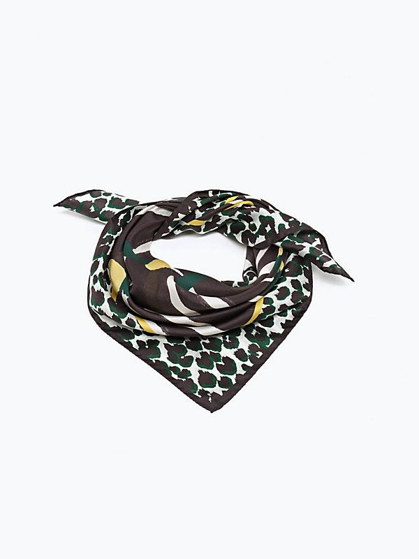 Foulard in seta Patrizia Pepe collezione autunno inverno 2015. Con stampe animalier in twill di seta. Rigorosamente Made in Italy adatto per outfit glamour